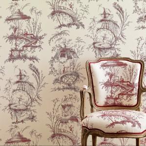 Ściana i meble ozdobione tym samym wzorem nadają wnętrzu unikatowy wygląd. Kolekcja Manuel Canovas. Fot. Colefax and Fovler.