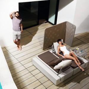 Podwójne łoże ogrodowe z regulowanym zagłówkiem z modułowej kolekcji Kes marki Vondom. Fot. Vondom.
