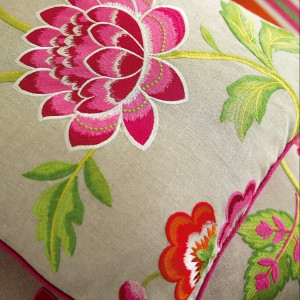 Płócienna poduszka zdobiona kwiatowym haftem. Fot. Colefax and Fovler.
