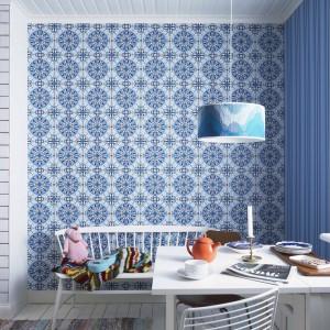 Tapeta z kolekcji ECO Happy firmy Eco Wallpapers. Wyrazisty wzór i kolorystyka. Wniesie do wnętrza dawkę pozytywnej energii. Będzie też mocnym elementem dekoracyjnym.