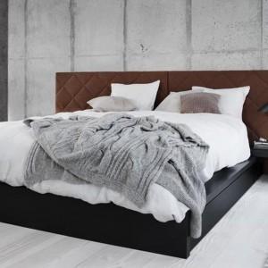 Efekt betonowej ściany za wezgłowiem w industrialnej sypialni został wzmocniony dzięki geometrycznym, równomiernym podziałom. Fot.BoConcept.