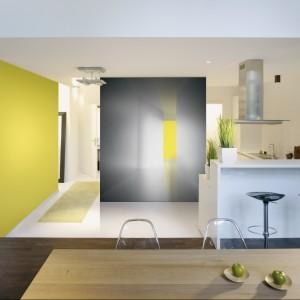 Tapeta z kolekcji La Stanza Gialla marki Jwall. Z efektem głębi. Żółty kolor widoczny na tapecie zastosowano również na jednej ze ścian, dzięki czemu całość stworzyła spójną, bardzo ciekawą aranżację. Żółty ożywa również stonowaną kolorystykę.