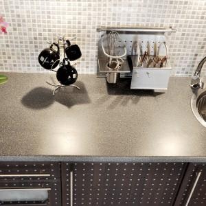 Akcesoria kuchenne na relingu marki Kuchinox, które spełniają wiele funkcji użytkowych równocześnie. Fot. Kuchinox.
