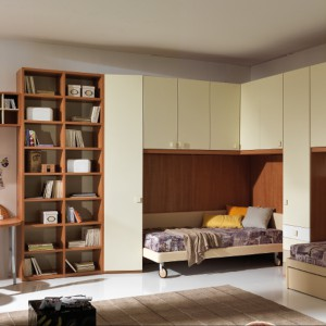 Jasne fronty szafek rozjaśniają drewniane meble przeznaczone dla rodzeństwa. Fot. Giessegi.