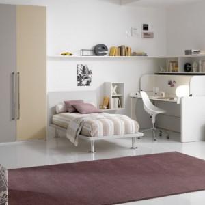 Najmocniejszym detalem w biało-beżowej aranżacji jest dywan w kolorze ciepłego brązu. Fot. Spar.
