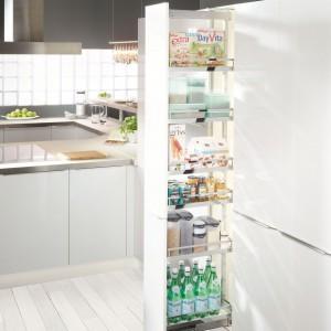 Systemy szafek wysokich pełnią funkcję tzw. suchego magazynu. Komplety Dispensa marki Peka umożliwiają dostępność produktów dosłownie na wyciągnięcie ręki. Fot. Peka.