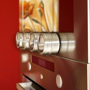 Pojemniki na przyprawy Kuchinox – cztery pojemniki mocowane za pomocą magnesu do powierzchni metalowych. Fot. Kuchinox.