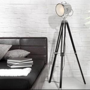 Lampa podłogowa Urban to oryginalna forma, która świetnie sprawdzi się w nowoczesnych, industrialnych wnętrzach. Lampa wykonana ze stali nierdzewnej, zasilana żarówką max 60 W. Fot.Manufaktura Klimatu.