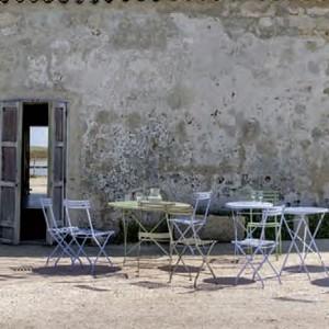 Aluminiowe krzesła Flower marki Ethimo dostępne w 12 pięknych kolorach. Fot. Ethimo.