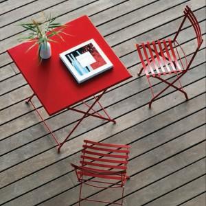 Składane aluminiowe krzesła z kolekcji Flower marki Ethimo. Fot. Ethimo.