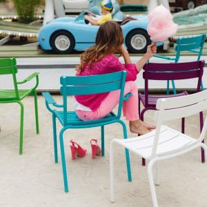 Kolorowe krzesła z kolekcji Luxembourg marki Fermob dostępne w wersji z podłokietnikiem lub bez. Fot. Fermob.