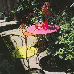 Stylowe, gięte krzesła z kolekcji Montmartre marki Fermob dostępne w wersji z podłokietnikiem bądź bez. Fot. Fermob.