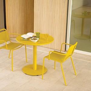 Aluminiowe krzesło z podłokietnikami z kolekcji Nomad marki Gloster dostępne w 5 kolorach. Fot. Gloster.