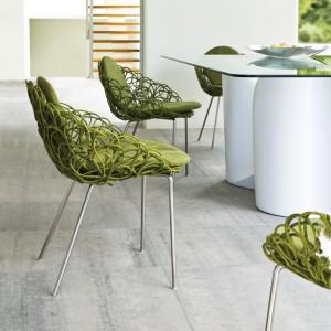 Oryginalne, zielone krzesła z kolekcji Noodle marki Kenneth Cobonpue. Fot. Kenneth Cobonpue.