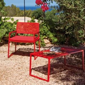 Aluminiowe krzesło z kolekcji Japan marki Point z charakterystycznym kwiatowym wzorem. Fot. Point.