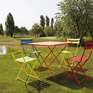 Kolorowe krzesła aluminiowe Pretty i Smart marki Talenti. Fot. Talenti.