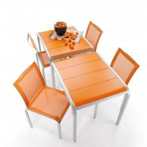 Pomarańczowe krzesła z kolekcji Tandem marki Ego Paris do skompletowania ze stołęm. Fot. Ego Paris.