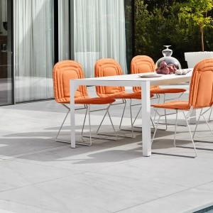 Krzesło Chapeau marki Varaschin z miękką tapicerką dostępną w 4 kolorach. Fot. Varschin.