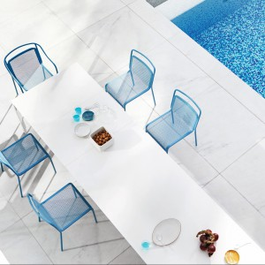 Aluminiowe krzesło Kenny marki Varaschin dostępne w 4 kolorach. Fot. Varaschin.