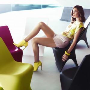 Plastikowe krzesła Sloo marki Vondom dostępne w intesywnie nasyconych kolorach. Fot. Vondom.