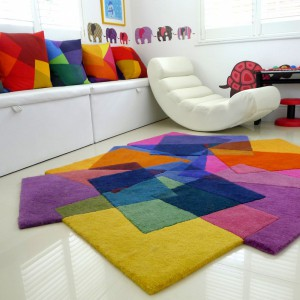 Miękki dywan o nieregularnych kształtach, którego projekt został oparty na motywie kwadratu. Idealny do jasnych wnętrz. Fot. JK Interior.