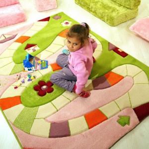 Wzory na dywanie mogą być inspiracją do ciekawej zabawy. Fot. iroonie.com.