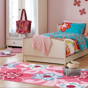 Wzór na dywanie nawiązuje do kwiatowego motywu dekoracyjnego. Fot. JK Interior.