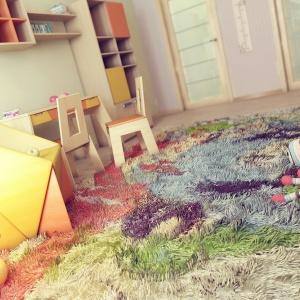 Multikolorowy dywan z długim runem to doskonały sposób na zabezpieczenie bawiącego się dziecka przed chłodem bijącym od podłogi. Fot. JK Interior.