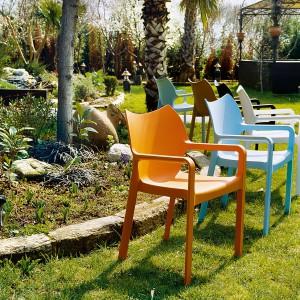Wykonane z plastiku krzesło Diva marki Siesta dostępne w 8 kolorach. Fot. Siesta.