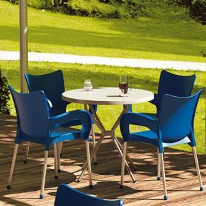 Wykonane z propylenu krzesła Romeo marki Siesta na aluminiowych nogach dostępne są w 7 kolorach. Fot. Siesta.