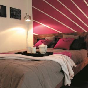 Wysoka lampa o małym, delikatnym, błyszczącym kloszu świetnie sprawdzi się w małej sypialni zamiast lampki nocnej. Fot.Tikurilla.