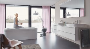 Obudowanie wanny to jeden z etapów urządzania łazienki - zwykle decydujemy się na płytki lub mozaikę. Wybierając dedykowane panele lub wannę ze zintegrowaną obudową zyskamy nie tylko na czasie.