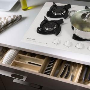 Płyta szklana 2CMI-4GLS_B w kolorze białym marki Mastercook. Posiada cztery palniki gazowe oraz sterowanie ulokowane z przodu płyty. Fot. Mastercook.
