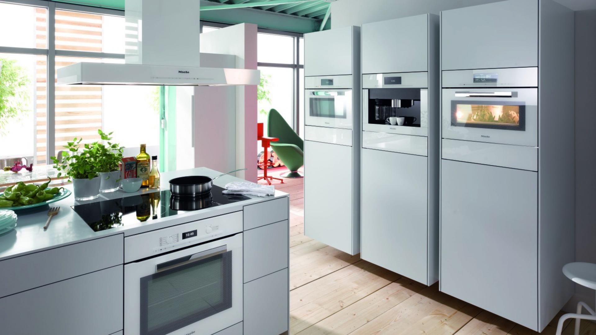 Piekarnik H 6890 BP marki Miele z linii Pure Line w kolorze Brilliant White. Wyposażony w 13 programów standardowych oraz ponad 100 programów automatycznych. Fot. Miele.