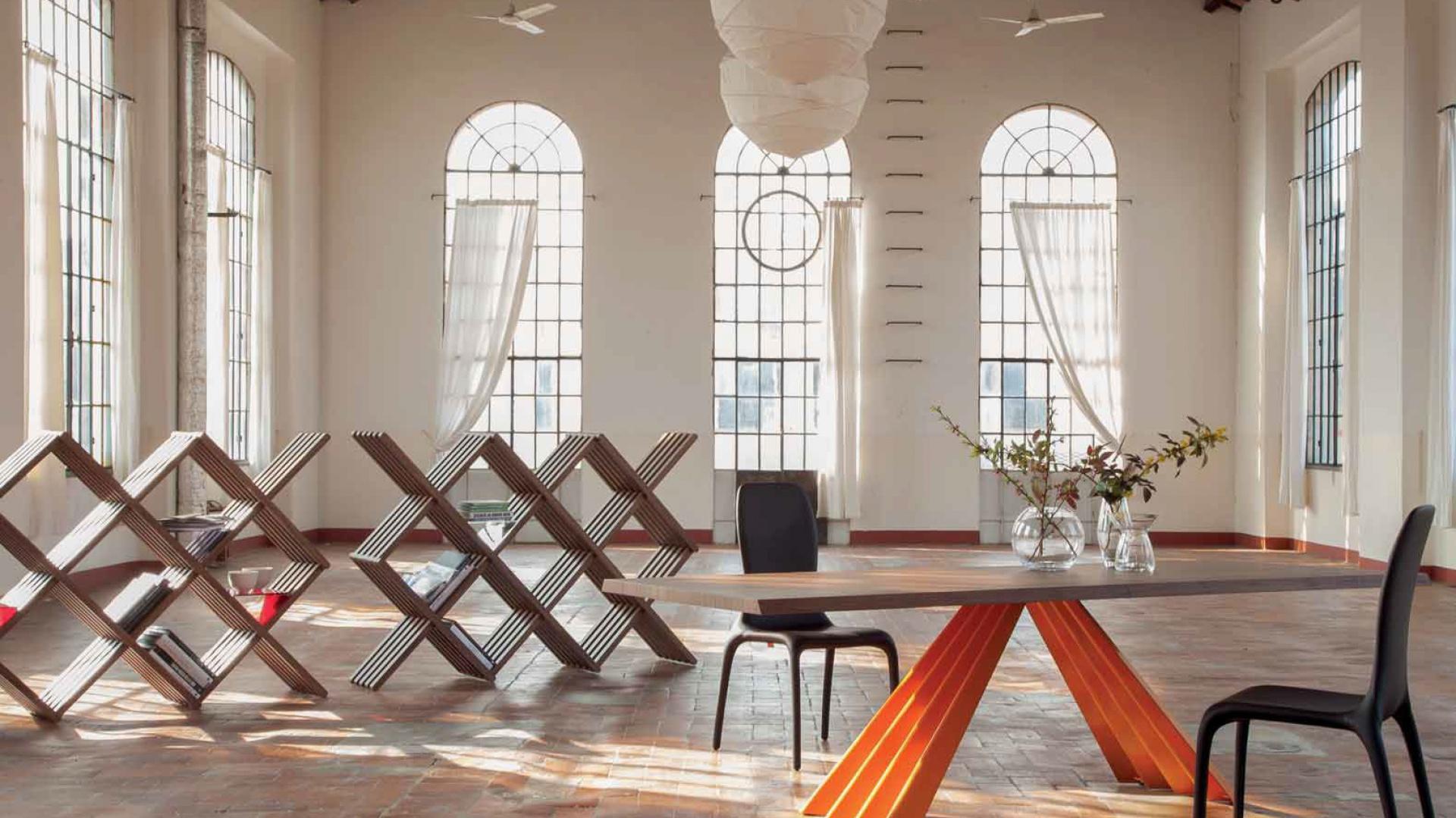 Nowoczesny stół Color Power Tonin Casa z dekoracyjnym podparciem w energetycznym, pomarańczowym kolorze. Fot. Tonin Casa.
