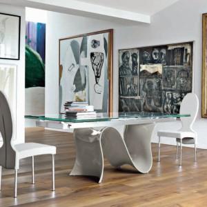 Dekoracyjny stół Wave z falistą nogą i szklanym blatem. Fot. Tonin Casa.