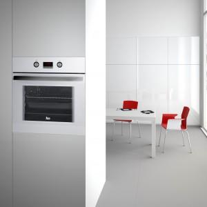 Piekarnik HE725 White marki Teka o pojemności 65 l. Wyposażony w 6 funkcji grzania, elektroniczny programator oraz chowane pokrętła. Fot. Teka.