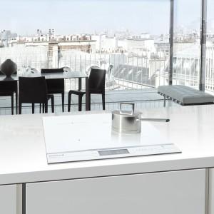 Ceramiczna płyta indukcyjna DTI1105WE De Dietrich o szerokości 65 cm w kolorze białym. Wyposażona została m.in. w funkcje Start Control, Boil i Switch. Fot. De Dietrich.