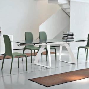 Podparcia w kształcie trójkątów nadają meblowi z kolekcji Brenta marki Tonin Casa oryginalny wygląd. Fot. Tonin Casa.