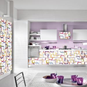 Meble z kolekcji Fantasy Box to propozycja od firmy Home Cucine. Nowoczesne i proste w formie. Łączą świeżość i lekkość bieli z wesołymi, kolorowymi akcentami dekoracyjnymi. Na szczególną uwagę zasługuje wykończenie frontów, ściany i okapu.