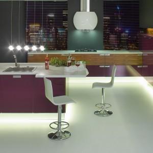 Meble z kolekcji Oktawia Bakłażan firmy Atlas Meble Kuchenne. Oryginalne połączenie kolorów i wykończenia frontów. Głęboki kolor bakłażana (MDF) zastawiono z fornirem palisandru. Podświetlone cokoły w kolorze aluminium wizualnie odrywają zabudowę od podłogi.
