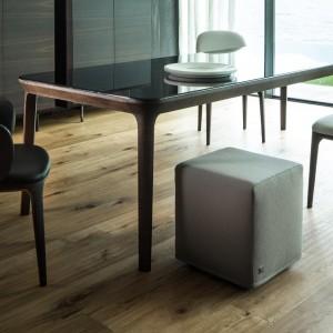 Elegancja w minimalistycznym wydaniu, idealna do ciemnego salonu. Fot. Busnelli.