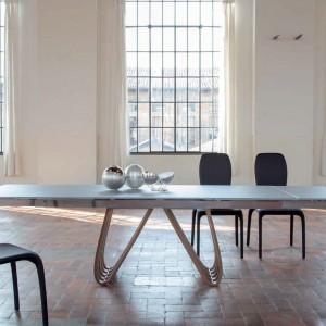Pokaźny blat stołu Sinuos Forms marki Tonin Casa podtrzymują oryginalne nogi. Fot. Tonin Casa.