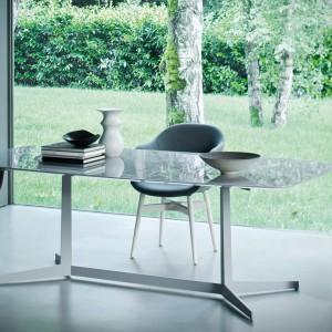 Stalowo-szklany model idealnie sprawdzi się w minimalistycznym wnętrzu. Fot. Busnelli.