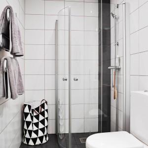Niewielka łazienka wydaje się większa dzięki wszechobecnej bieli. Fot. Stadshem.