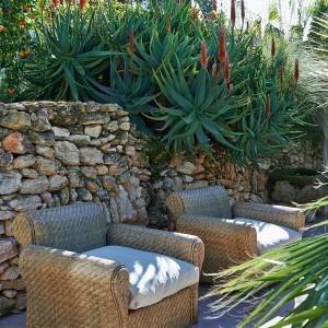 Wygodne rattanowe fotele marki Riviera Maison z wygodnymi poduchami. Fot. Riviera Maison.