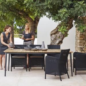 Stół ogrodowy z kolekcji Core oraz krzesła Hamsted w kolorze czarnym marki Cane Line. Fot. Cane Line.