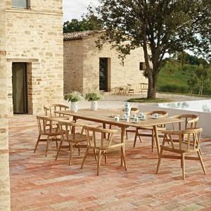 Stół i krzesła z klasycznej kolekcji mebli ogrodowych Windsor marki Gloster wykonane z drewna teakowego. Fot. Gloster.