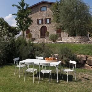Stół i metalowe krzesła ogrodowe z kolekcji Retro marki Talenti dostępne w jasnych kolorach. Fot. Talenti.