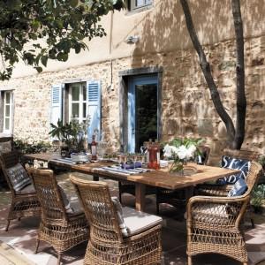 Wyplatane meble rattanowe z kolekcji Marie Galante marki Grange w ciepłym, naturalnym kolorze. Fot. Grange.